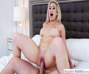 Die vollbusige Blondine Kenzie Taylor bekommt ihren Anus von einem großen Schwanz erkundet