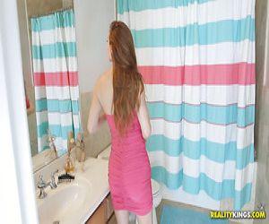 Blonde Lesben Val Midwest und Jessa Rhodes ficken im Badezimmer