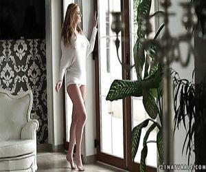 Göttliche ukrainische Blondine Bambi Dee nimmt es in ihren engen Arsch