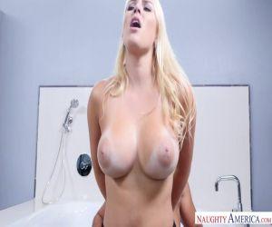Blonde Lyra fickt ihre brünette lesbische Freundin Raven mit Strapon
