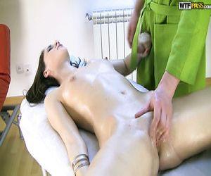 Ziemlich Brunette Schlampe Masturbiert mit Dildo